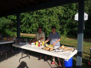Deux madames en train de préparer des condiments pour hot-dog.