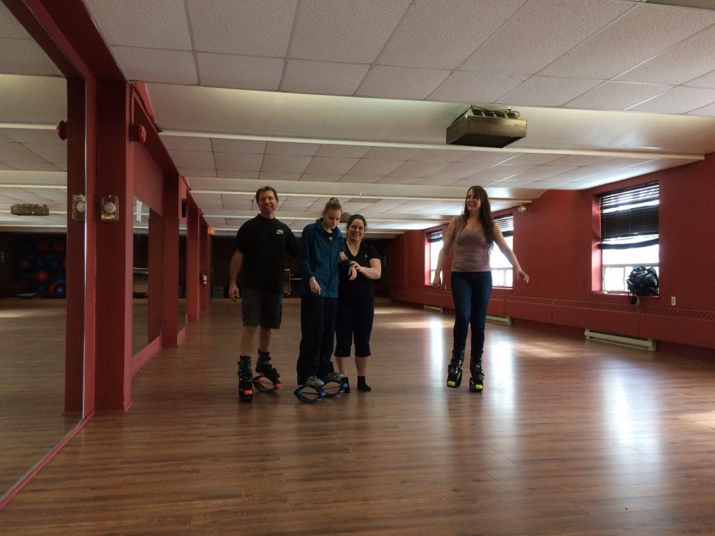 Membres de l'AERA faisant du Kangaroo Jump dans une salle de dance ou d'exercice.
