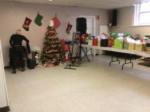 Photo d'une salle en préparation d'un party de Noël.