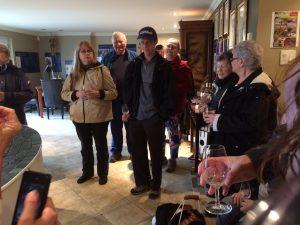 Groupe de personnes avec une coupe de vin vide dans les mains.