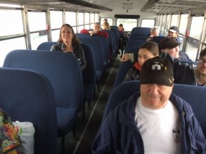 Groupe de personnes dans un autobus.