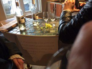 Deux bouteilles de vin blanc ouverte sur un beau comptoir courbé.